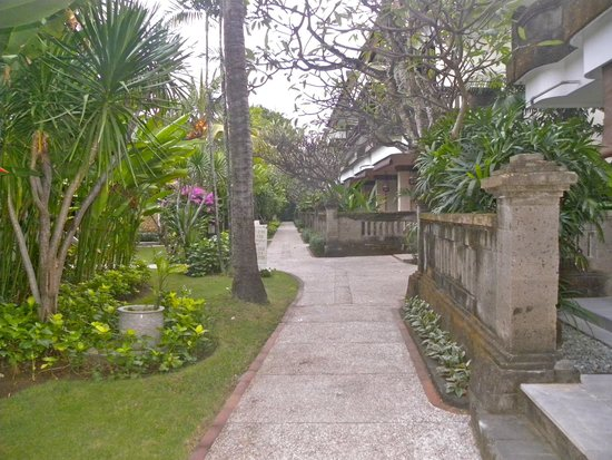 Rama Beach Resort and Villas: Pathway to rooms