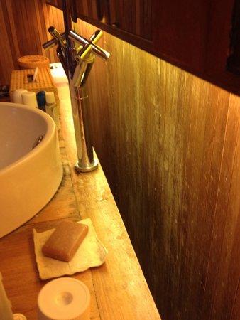 Haadtien Beach Resort: Old wood in the bathroom
