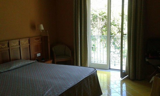 Grand Hotel la Pace : bedroom with French doors to balcony