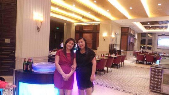 Shangri-La Hotel Manzhouli: Shangri-la dining area with my sister.
