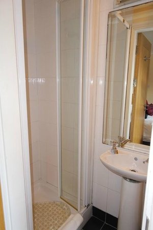 Garnish House: Tiny bathroom