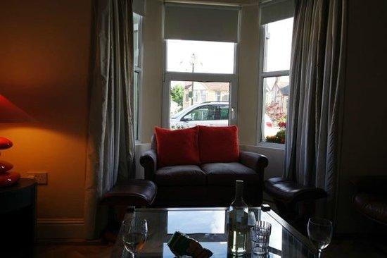 Garnish House: Guest lounge