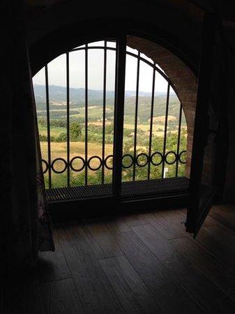 Casa Podere Monti : villa Noce bedroom view across road