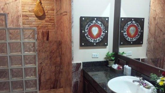 Sandalwood Luxury Villas : Bathroom at the Jumpee.