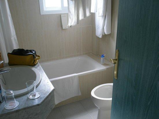 Sol Milanos Pinguinos: baño. Cortina vieja