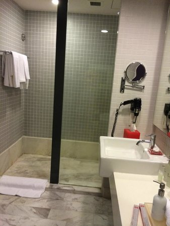 G Hotel Gurney: Bathroom