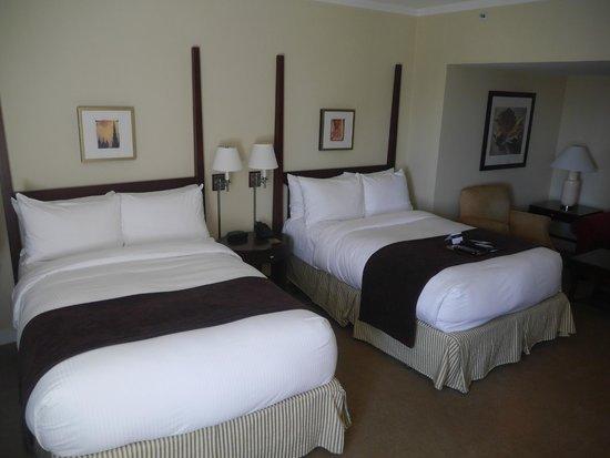 Fairmont The Queen Elizabeth: double beds in room