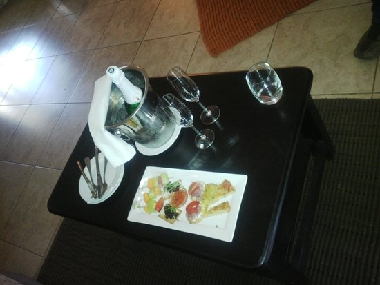 Stillpoint Country Manor: Our welcome snacks and sparkling wine