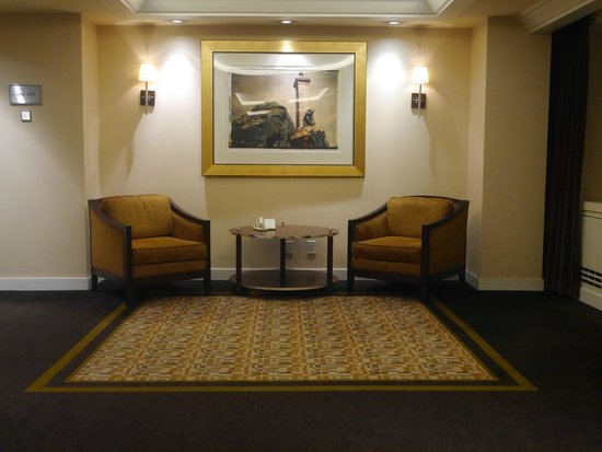 Fairmont The Queen Elizabeth: Seating area neat elevators