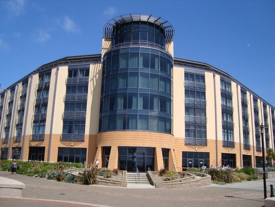 Radisson Blu Waterfront Hotel, Jersey: waterfront entrance with suites above