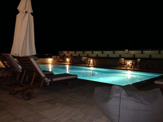 Pelican Bay Art Hotel: View over the pool from the bar