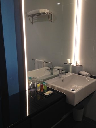 Four Points by Sheraton Brisbane: Bathroom vanity