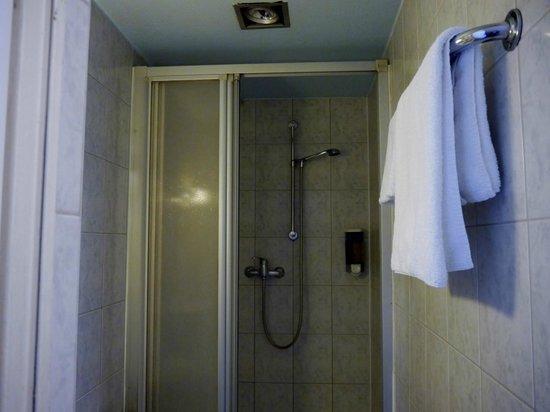 Hotel Tourist Frankfurt: bath