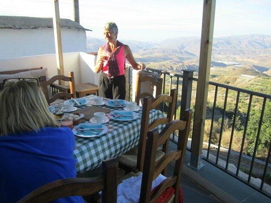 Casa Rural Las Chimeneas: Breakfast on the balcony