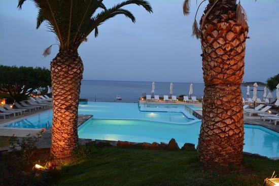 St. Nicolas Bay Resort Hotel & Villas : Abendlicher Blick von der Terrasse aus.