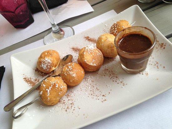 """La Brochette : Brochette """"Trop chou"""" : choux à la vanille et chocolat fondue"""