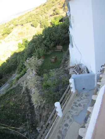 Casa Rural Las Chimeneas: Shady seating area below pool terrace