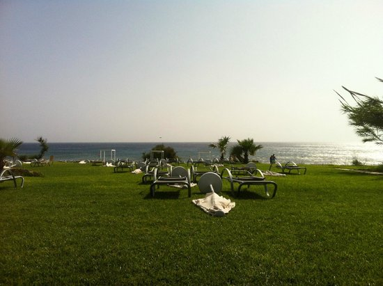 Atlantica Sea Breeze: Лежаки перед отелем