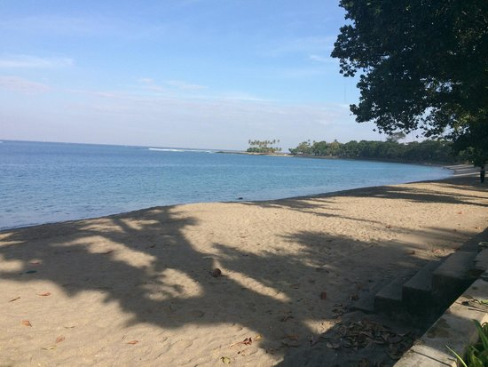 Aruna Senggigi: The beach in front of the hotel, early in the morning
