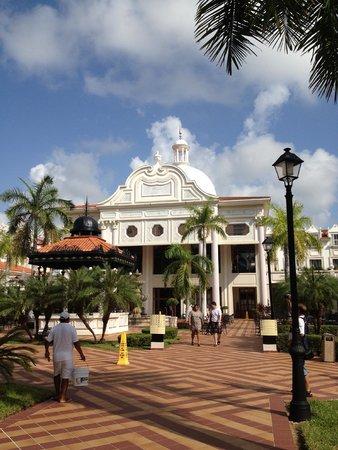 Hotel Riu Palace Riviera Maya: Edificio principal desde la piscina