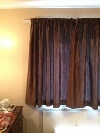 Lenwade Country House Hotel: Ill fitting curtains