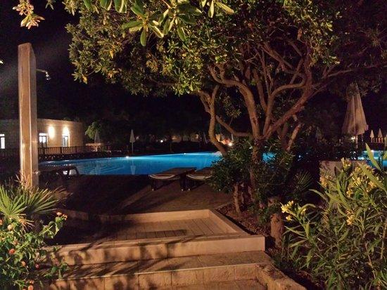 VOI Floriana Resort: la piscina di notte ... peccato sia chiusa !