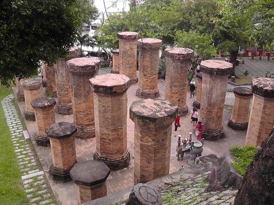 Po Nagar Cham Towers: Columns