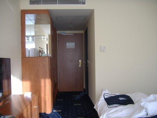 Hotel Vier Jahreszeiten Starnberg: Bick zum Zimmereingang