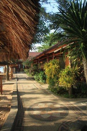 Krisna Bungalows and Restaurant: Garden area