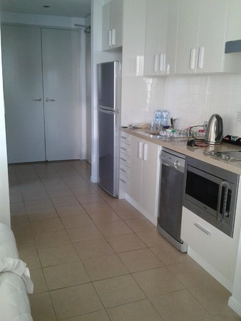 Meriton Suites Broadbeach: Kitchen