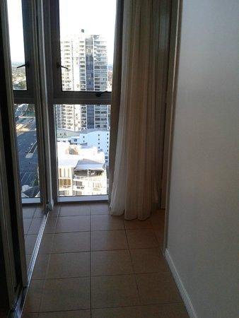 Meriton Suites Broadbeach: Window near closet
