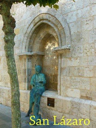 Iglesia de San Lázaro: Estatua de San Lázaro en un lateral de la Iglesia.