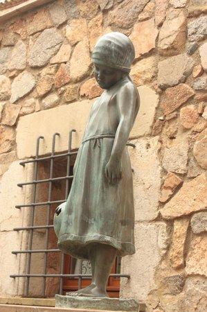 Vila Vella (Old Town): скульптура грустной девочки