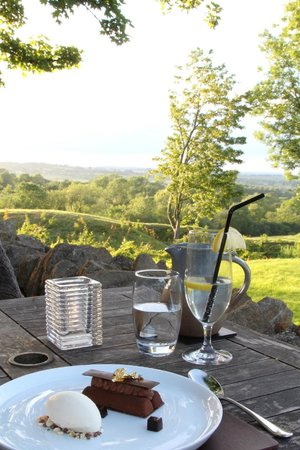 The Feathered Nest Country Inn: Gorgeous Dessert with Stunning View
