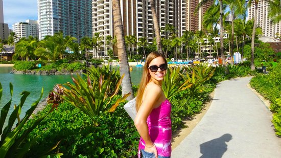 Hilton Hawaiian Village Waikiki Beach Resort: Sidewalk on the grounds