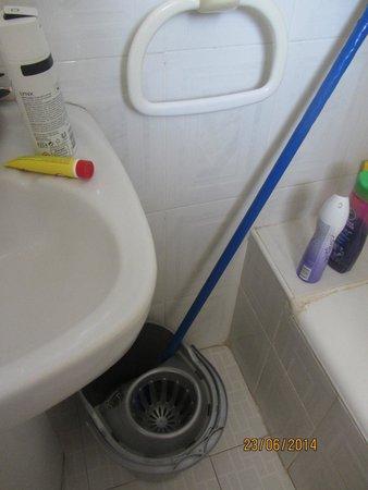 Apartahotel Bermudas: grotty bathroom 301