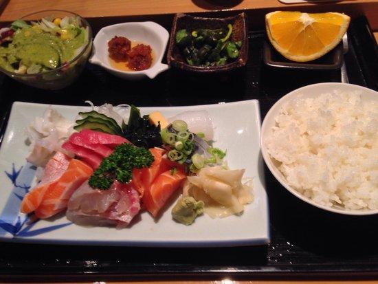 Sushi Hongsam: Beilagen beim Mittagsmenü: Salat, eingelegte Gurken, Fischbällchen, 1 viertel Orange