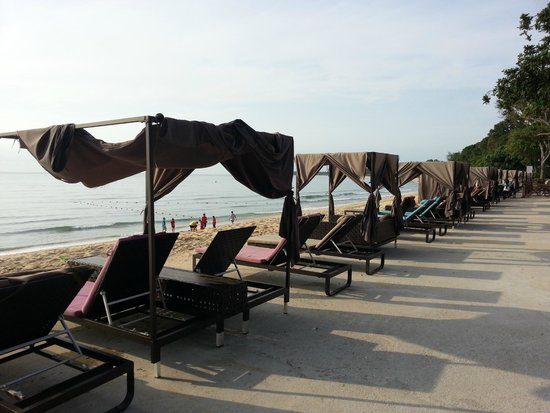 Lotus Desaru Beach Resort: Nice deck chairs facing the calm sea