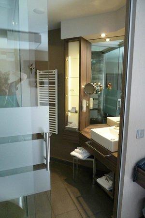 Hotel Kolb & Inselchalets: Bad mit Dusche und Toilette (durch Glasschiebetür getrennt)