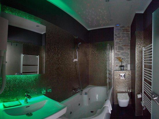 Authentic Luxury Rooms : Spa Bath Corner with jacuzzi tub for 2, lightning & sound therapy at night / Annex