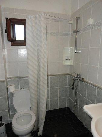 Meliton Inn Bungalows: Bathroom with plastic shower curtain