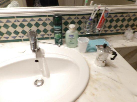 El Mouradi Hammamet: bagno distrutto con lavandino non funzionante e intasato