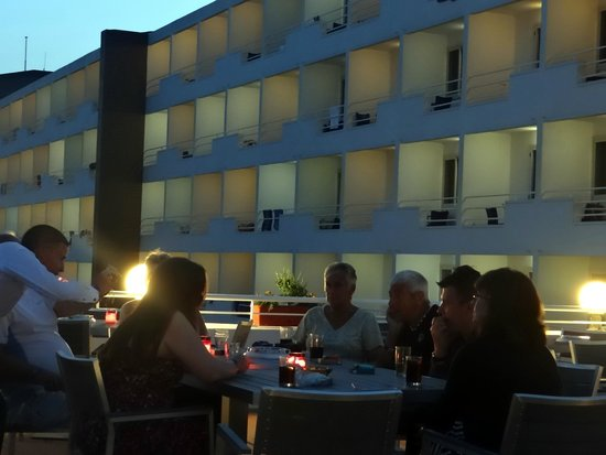 Mellieha Bay Hotel: Drinks on the terrace in the evening