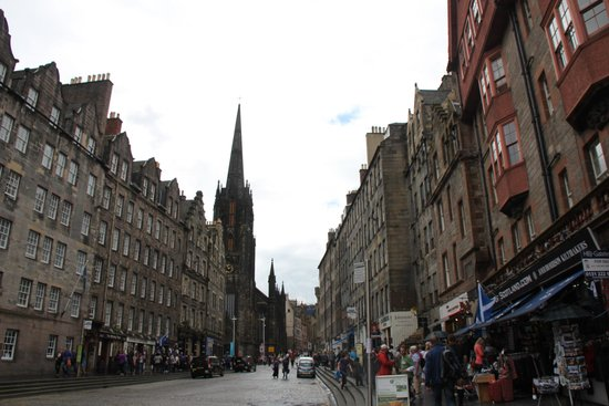 Royal Mile: The pedestrian and shops