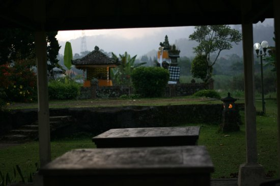 Enjung Beji Resort: Random picture of a temple from the expansive grounds