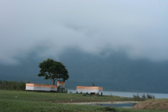 Enjung Beji Resort: View of Lake Baratan from just outside the resort restaurant