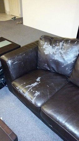 Mantra Sun City: second worn out sofa - not a good look