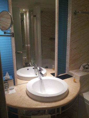 Melia Athens : Bathroom