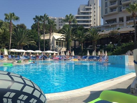 Fantasia Hotel De Luxe Kusadasi: pool side