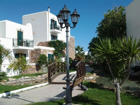 Naxos Resort Beach Hotel : Velstelte uteområder